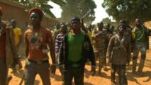 Des jeunes armées de machettes, en Centrafrique, lors des violences religieuses de 2013-2014.