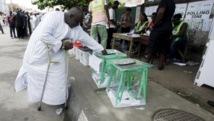 Un homme glisse son bulletin dans une urne dans le district d'Apapa, à Lagos, le 28 mars 2015. Le scrutin a été prolongé le lendemain dans de nombreux bureaux de vote. REUTERS/Kunle Ajayi