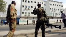 Des soldats somaliens sont positionnés devant l'hôtel Maka al-Mukarama qui a été attaqué par les shebabs, à Mogadiscio, le 28 mars 2015. REUTERS/Feisal Omar