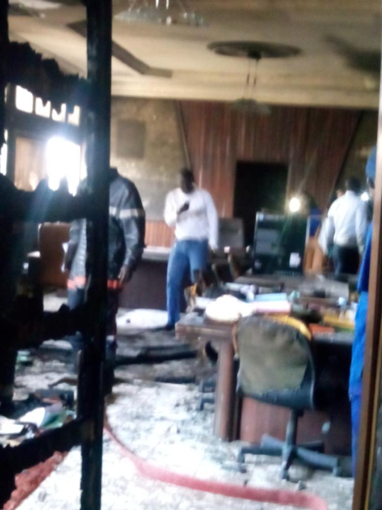 Images du sinistre, des mobiliers de bureau partis en fumée (Photos d'Ibrahima GUINDO)