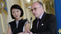 Les ministres français de la Culture et de l'Intérieur, Fleur Pellerin et Bernard Cazeneuve, le 9 avril 2015 à Paris face aux patrons de médias. AFP PHOTO / BERTRAND GUAY