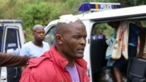 Un étranger est escorté par la police après une attaque à caractère xénophobe à Durban, le 8 avril 2015. Des centaines de personnes ont protesté contre ces violences