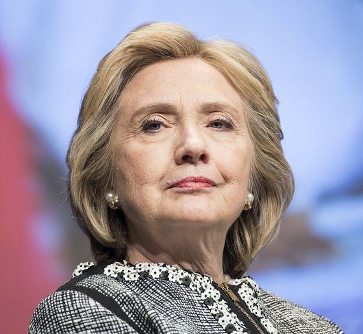 Hillary Clinton (démocrate) - C'est officiel, la rivale de Barack Obama à l'investiture démocrate de 2008 se lance à nouveau dans la course à la présidentielle. Hillary Clinton est soutenue par le président américain, qui ne peut se représenter à la fin de son second mandat. A 67 ans, l'ancienne secrétaire d'Etat connaît bien la Maison Blanche pour l'avoir fréquentée en tant que première dame. Déjà donnée favorite en 2008, Hillary Clinton compte cette fois bien le reste jusqu'au bout.