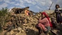 Une Népalaise sur les ruines de sa maison, détruite par le séisme du 25 avril 2015. REUTERS/IFRC/Palani Mohan