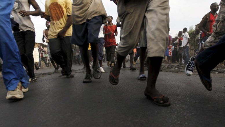 Les manifestants ont fait demi-tour en courant et ont pris la direction opposée au centre ville. REUTERS/Thomas Mukoya