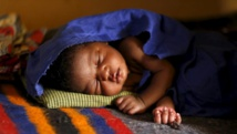 Cet enfant est né alors que sa mère était retenue par Boko Haram dans la forêt de Sambisa au Nigeria. Depuis leur libération, il est en observation à l'hôpital de Yola, ce 3 mai 2015. REUTERS/Afolabi Sotunde