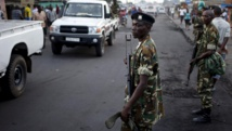 Des militaires burundais positionnés dans une rue de Bujumbura, où la trêve décrétée par les manifestants a été globablement respectée. REUTERS/Goran Tomasevic