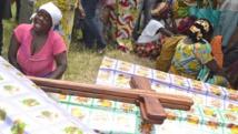 Des proches pleurent les victimes du dernier massacre à Beni, le 9 mai 2015. AFP PHOTO / KUDRA MALIR
