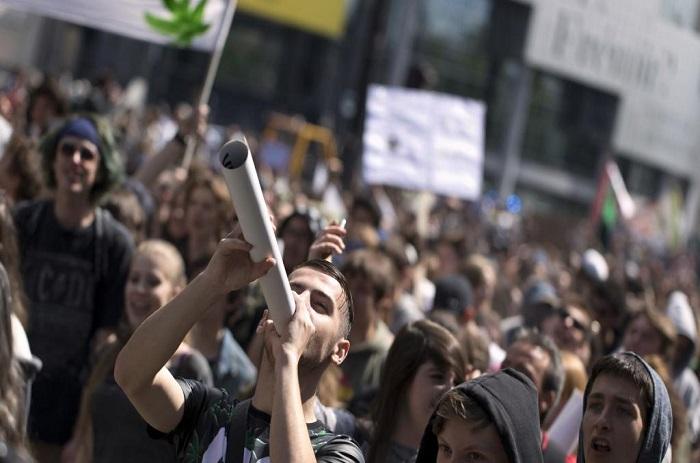 Légalisation du cannabis: des centaines de manifestants à Paris