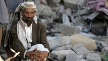 Un homme se tient dans les décombres de sa maison à Sanaa. En un mois et demi de combats, beaucoup de Yéménites ont été jetés sur les routes et manquent de tout. REUTERS/Khaled Abdullah