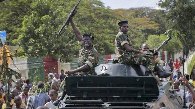 Des soldats à Bujumbura la capitale burundaise célèbrent l'annonce d'un coup d'Etat.