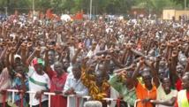 Des milliers de personnes se sont rassemblés à Ouagadougou en soutien au nouveau code électoral sur la transition du pays, le 25 avril 2015. RFI/Yaya Boudani