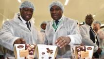 Le président ivoirien Alassane Ouattara (g.) a inauguré la première usine de transformation de beurre de cacao du pays, lundi 18 mai 2015, en présence de Benjamain Bessie (d.), le directeur national du chocolatier Cémoi qui contrôle le site. AFP PHOTO / ISSOUF SANOGO