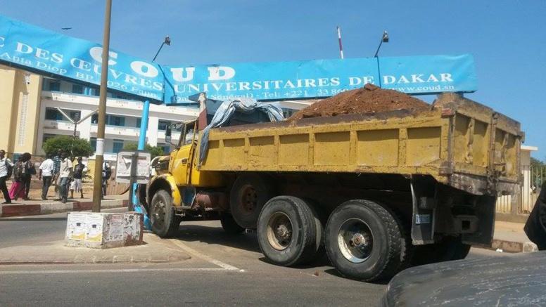 Dernière minute : un camion fou termine sa course dans la porte principale de l'UCAD