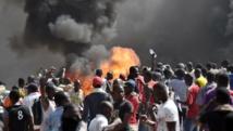 Manifestants devant l'Assemblée nationale en feu à Ouagadougou, Burkina Faso, le 30 octobre 2014. AFP PHOTO / ISSOUF SANOGO
