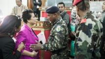 Une députée malgache discute avec un officier des forces de l'ordre lors du vote appelant à la destitution du président, le 26 mai 2015. AFP PHOTO / RIJASOLO