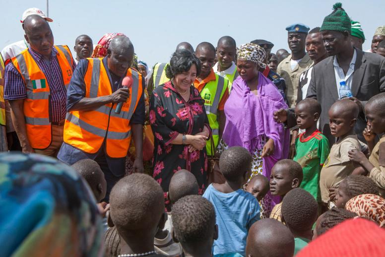 La Représentante spéciale pour les enfants et les conflits armés, Leila Zerrougui (troisième à partir de la gauche) lors d'une visite à Yola, au Nigéria.