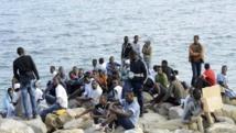 Un groupe de migrants sur les rivages de la Méditerranée à la frontière entre l'Italie et la France. REUTERS/Jean-Pierre Amet
