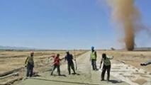 Des ouvriers occupés sur le chantier du chemin de fer construit par la Chine dans la région de Dire Dawa, dans le nord est de l'Ethiopie.