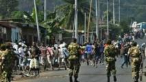 Des éléments des forces de sécurité burundaises font face à des manifestants, à Bujumbura.