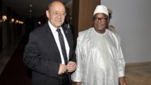 Le ministre français de la Défense, Jean-Yves Le Drian et le président malien Ibrahim Boubacar Keïta à Bamako, le 22 juin 2015. AFP PHOTO / HABIBOU KOUYATE