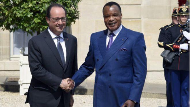 """En visite à l'Elysée, Sassou Nguesso reçoit un """"cadeau"""" de Hollande"""