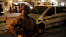 Un soldat sud-africain monte la garde pendant une opération de police dans le township d'Alexandra, le 23 avril 2015. REUTERS/Mike Hutchings