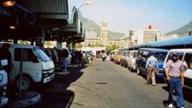 Une station de taxi dans une gare du Cap, en Afrique du Sud. Henry Trotter/Wikimedia Commons