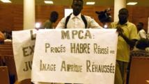 Un militant du mouvement Mobilisation pour la paix et la consolidation, lors de l'ouverture du procès d'Hissène Habré, à Dakar, le 20 juillet..