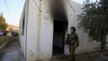 Un soldat israélien devant la maison incendiée par des extrémistes juifs présumés où un enfant palestinien de 18 mois a été tué ce vendredi 31 juillet. REUTERS/Abed Omar Qusini