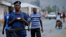 Un policier patrouille dans les rues de Bujumbura, la capitale du Burundi, fin juillet. REUTERS/Mike Hutchings