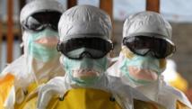 Des soignants de Médecins sans frontières au Liberia où on a constaté en juin 2015 une résurgence de cas d'Ebola. AFP PHOTO / DOMINIQUE FAGET