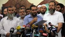 Des membres des Frères musulmans et Safwat Abdel Ghani (au centre), ex-membre des islamistes radicaux du groupe Gamaa Islamiya, lors d'une conférence de presse en marge des manifestations géantes qui ont mené à la chute de Mohamed Morsi en juillet 2013. AFP PHOTO / KHALED KAMEL