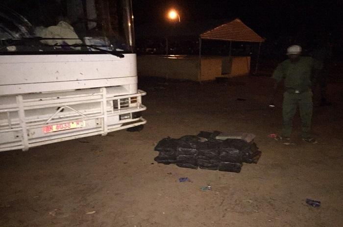 La saisie de la drogue par les douaniers de Kaffrine et de l'aéroport LSS en image