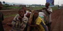 Des enfants s'amusent sur un vélo en bois, couramment utilisé pour le transport de marchandises, le 2 décembre 2014 à Goma, dans l'est de la RDC. © Monusco.