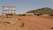 Ce panneau marque l'entrée de la mine de manganèse de Tambao, à 350 km au nord de Ouagadougou, où a été enlevé Iulian Ghergut le 4 avril 2015. AFP PHOTO/ AHMED OUOBA