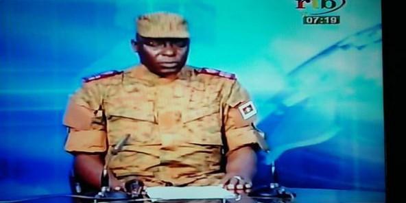 Burkina : un homme en uniforme annonce un coup d'État à la télévision
