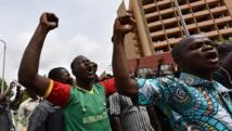 Les manifestants chantent des slogans devant l'hôtel Laico de Ouagadougou, le 20 septembre. AFP PHOTO / SIA KAMBOU