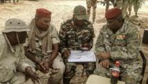 Lutte contre Boko Haram: : avec le plan entre les mains, le colonel Jacob Koudji, commandant militaire de la région camerounaise de l'Extrême-Nord, en compagnie de gradés tchadiens en mars dernier à Mora. AFP PHOTO/KAYA ABBA ALI