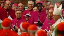 Le pape François au milieu des cardinaux et des évêques à l'ouverture du synode sur la famille entamé en octobre 2014. REUTERS/Tony Gentile