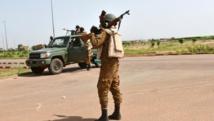 L'armée burkinabè patrouille aux abords du camp de base du RSP, le 29 septembre 2015. AFP PHOTO / SIA KAMBOU