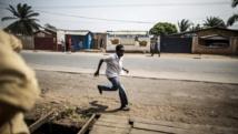 Un homme fuit les violences dans le quartier de Cibitoke, à Bujumbura, le 1er juillet 2015. AFP PHOTO / MARCO LONGARI