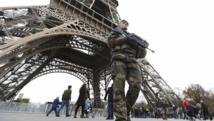 Un militaire français en patrouille devant la Tour Eiffel, le 14 novembre 2015. REUTERS/Yves Herman