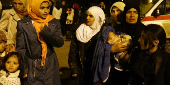 Femmes et enfants regroupés dans les faubourgs de Madaya le 11 janvier 2016 en Syrie © AFP