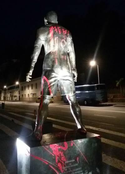Une statue de Cristiano Ronaldo vandalisée par des supporters de Messi