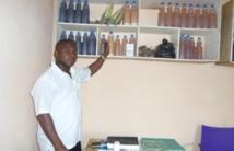 Après le décès de sa mère du Sida, Konan, un naturothérapeute ivoirien, développe un sérum contre le VIH (MAGAZINE)