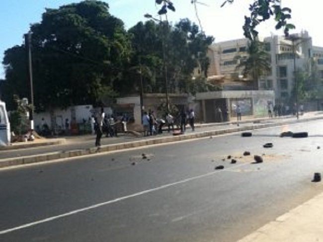 Tension sur l'avenue Cheikh Anta Diop: affrontements entre forces de l'ordre et étudiants de la FASTEF