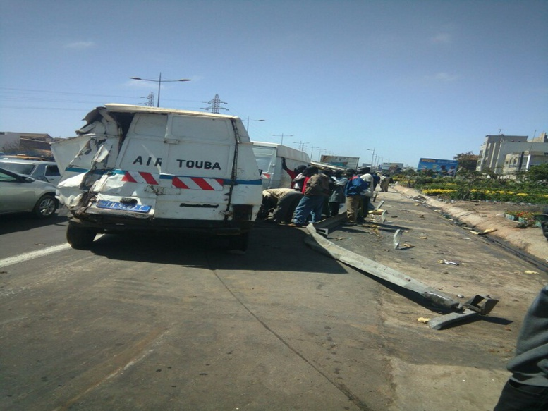 Accident sur l'autoroute : Un camion frigorifique s'est renversé à hauteur de l'école Mariama Niass