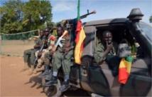 Des militaires suspendus pour vol d'armes au Mali