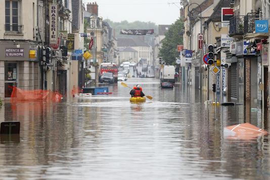 Inondations : un mort en Seine-et-Marne, 12 départements toujours en vigilance orange